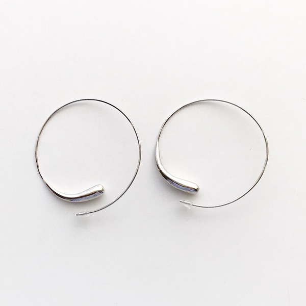 SOKO/dash hoops in silver