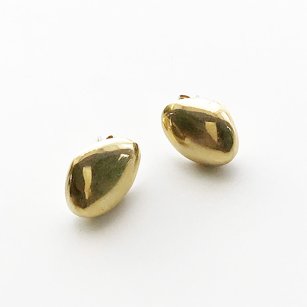 SOKO/sabi studs in gold