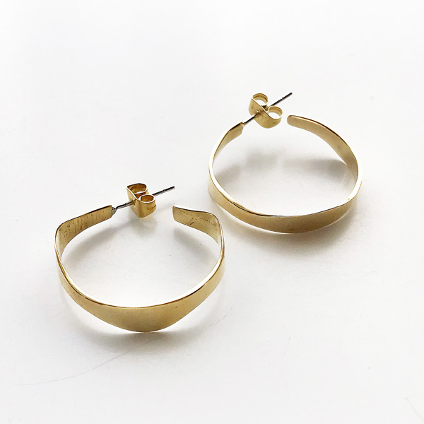 SOKO/pendo hoop - small in gold