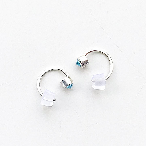 MELISSA JOY MANNING/ Sterling silver Swiss blue topaz bezel-set hug earring