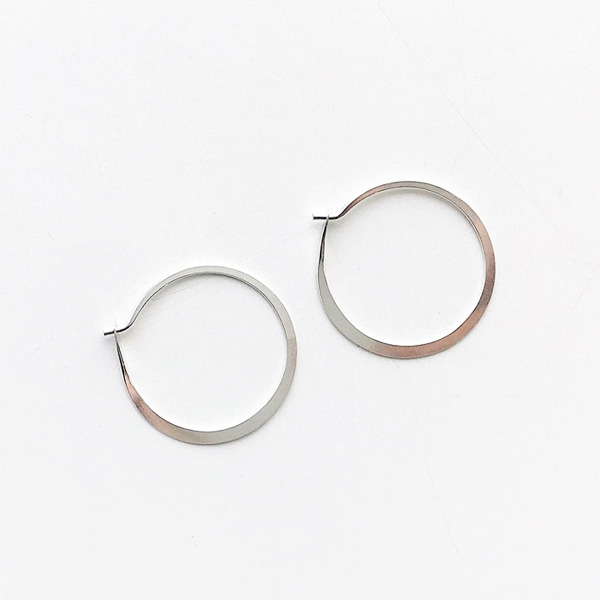 MELISSA JOY MANNING/ Small forged round hoops silver