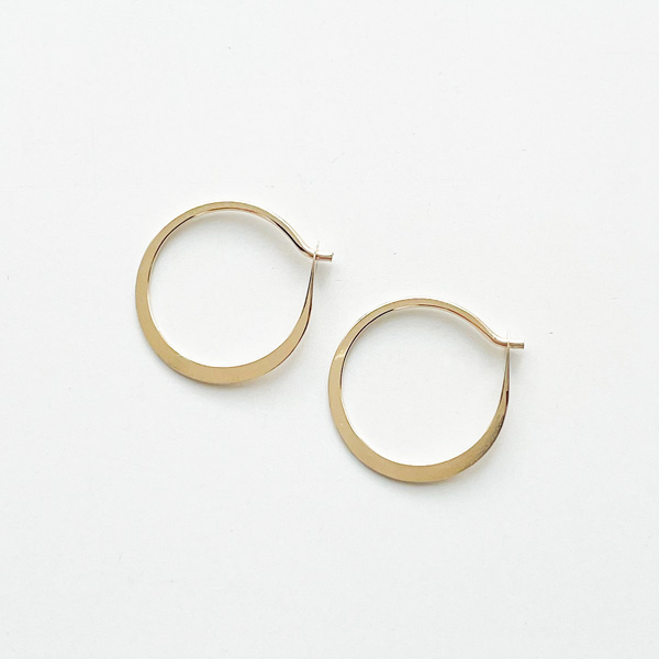 MELISSA JOY MANNING/Small forged round hoops gold