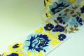 白地にブルーのお花が鮮やかなリボンです。