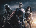 【直筆サイン入り写真】バットマン vs スーパーマン ジャスティスの誕生 3キャスト (ヘンリー・カヴィル/ベン・アフレック/ガル・ギャドット) [映画グッズ/オートグラフ]