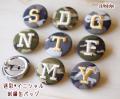 【小】イニシャル刺繍★迷彩柄の缶バッチ