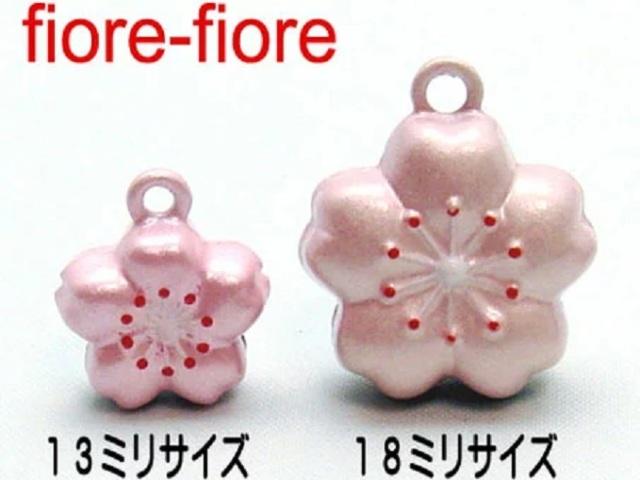 桜鈴 さくらすず です。全長、13ミリサイズ、18ミリサイズがあります。さくらのハナをデザインしたかわいい鈴です。