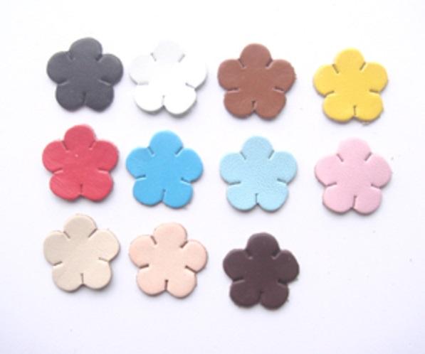 革パーツ花1 良質本革と水汚れにも強い合皮と両方の素材があります。カラーは15カラーです