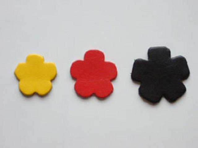 革パーツ花6 良質本革と水汚れにも強い合皮と両方の素材があります。カラーは15カラーです