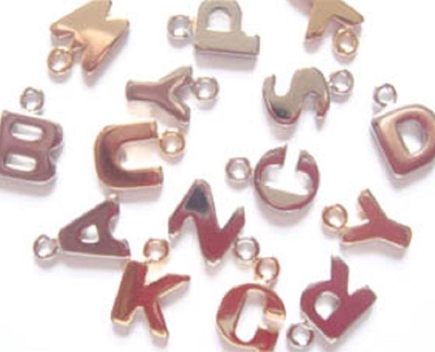 チャーム アルファベットチャームSサイズ X55600 ヘッド部分サイズ 約9ミリ。カラーは、シルバー、ゴールド、があります。