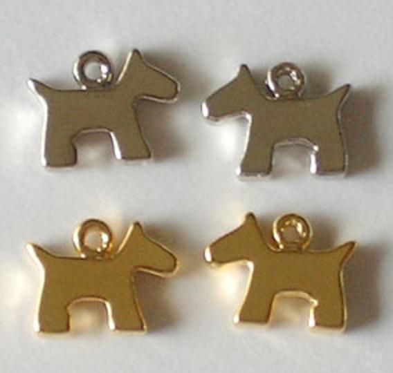 チャーム 犬 X89400 ヘッド部分サイズ 10ミリ。カラーはシルバー、ゴールドがあります。