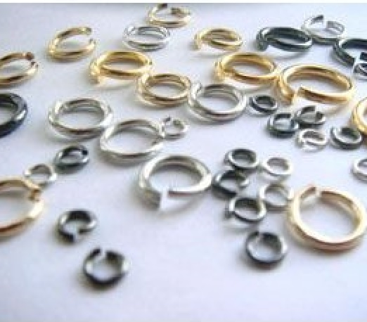 マルカン(真鍮)  3mm (外径) 280個セット(5g)。線の太さは0.6ミリ。 つなぎ目のあるマルカン。 シルバー、ゴールド、ブロンズがあります。
