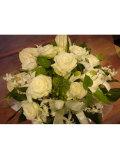 季節のお花のアレンジ白・グリーン系おまかせアレンジメント