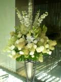 お祝い装花 スタンド花 白系アレンジメント 開店祝い花 新宿配達