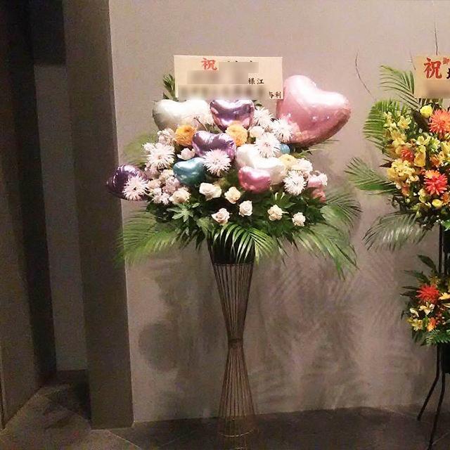 ピンク×ブルーバルーンアイアンスタンド花