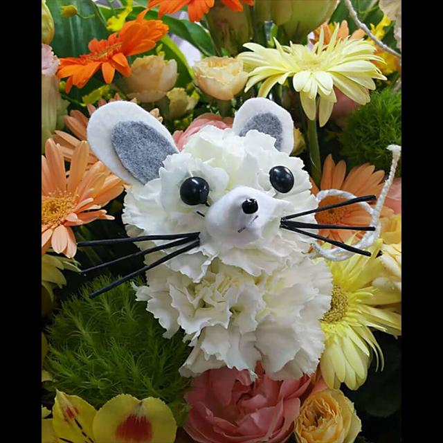 ネズミモチーフアイアンスタンド花