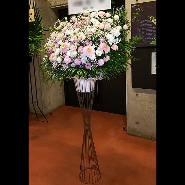 優しいピンク系スタンド花