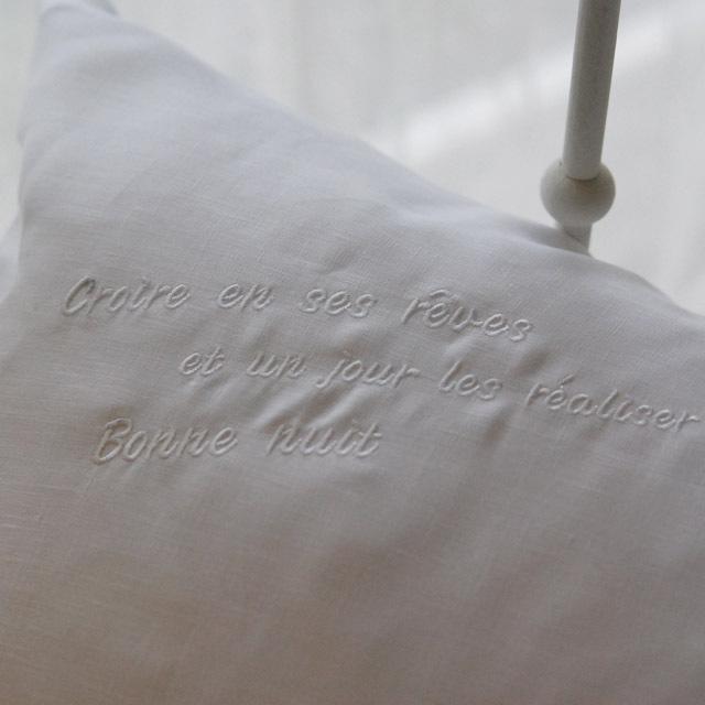 フランジュールのベッドリネン、ボンニュイシリーズのピローケース。イタリアのリネンを使った上質なベッドリネン。刺繍入り。