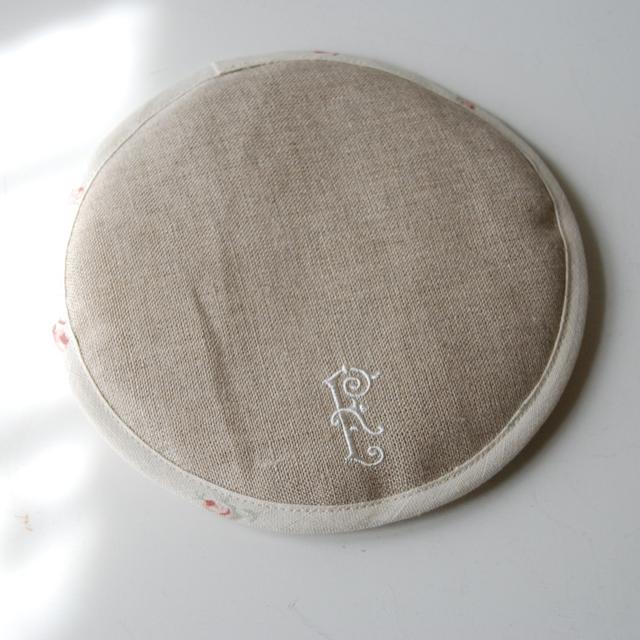 フランジュール オリジナルのティーコゼ、ティーマット。フランスの生地 STOF(ポエム柄)を使ったシンプルなデザインです。
