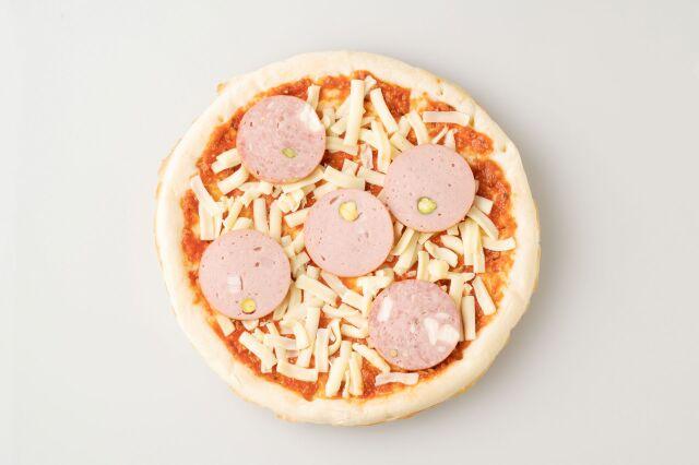 ベーコンがたっぷり入ったピザソースが味の決め手♪ フランクフルト特製ピザ