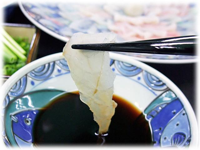 地元下関はふぐ専用ぽん酢の香りと、本トラふぐの味わい深い甘味!