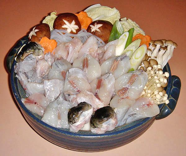 とらふぐの切り身とあら骨。ほくほくのてっちり鍋はもちろん、素揚げや塩コショウ焼きもどうぞ