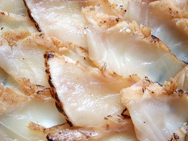 下関ふぐの魚重 ふぐ炙り焼き刺身。ポン酢、わさび、もみじおろし、刻みねぎと薬味も完備!