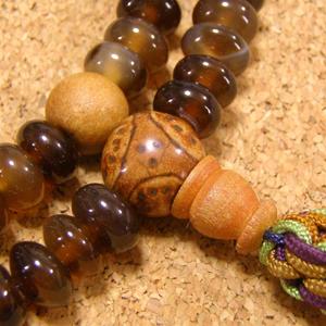 [数珠・念珠]天然石飴色瑪瑙108粒 龍眼菩提樹 蛇紋石 白檀 正絹紐房八本組み