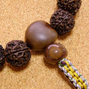 [数珠・念珠]金剛菩提樹20mm17珠 ククイナッツ ブランディーオパール チベット瑪瑙 正絹紐仕立て