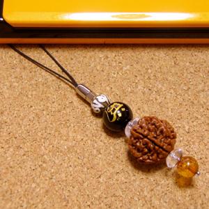 【新たなる自分へ:出発】インド菩提樹ルドラクシャ6面携帯ストラップ※守護本尊梵字彫刻オニキス/天然本琥珀(アンバー)仕立て