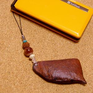不思議な木の実「ケンファーン」の携帯ストラップ with ブランディーオパール