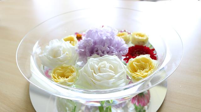 アクリル製ボウルとミラーで花のある暮らしをご提案 ~フェイヴァ~