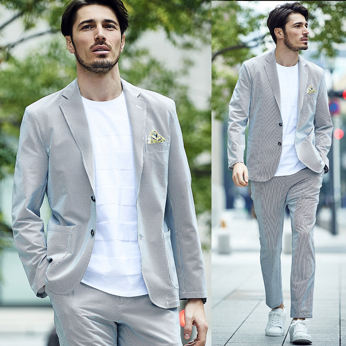 薄グレー色のスーツを着た男性モデルの画像
