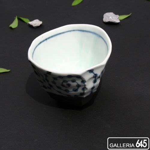 黒陶染付豆絞り唐草しのぎ煎茶碗:007027
