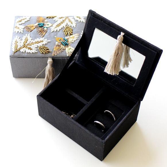 ジュエリーボックス おしゃれ アクセサリー収納 鏡付き かわいい ザリ&ビーズ刺繍BOX 2カラー [kan2326]