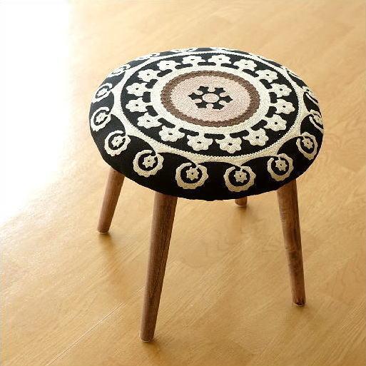 サークル刺繍スツール 黒