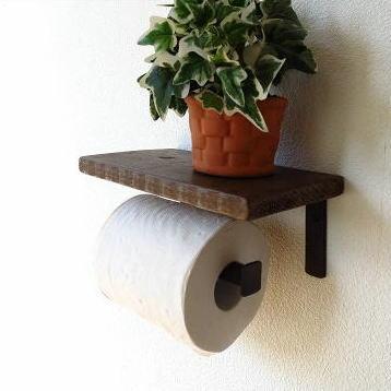 木製棚付きのレトロでシャビーシックなトイレットペーパーホルダー