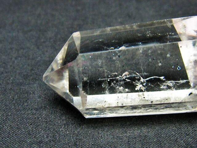 スティブナイト(輝安鉱)入り水晶六角柱