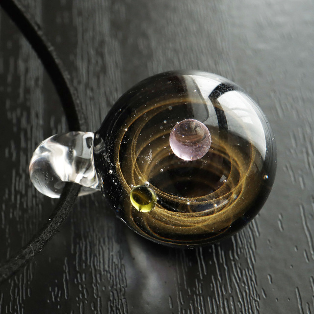 ガラスの中に宇宙を閉じ込めた 耐熱ガラス アート ペンダント 惑星 銀河 幻想的 革紐 ネックレス