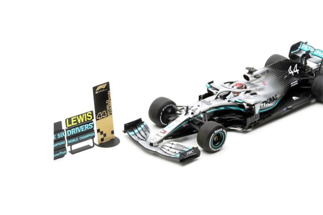 【並行輸入品】スパーク 1/18 メルセデス W10 L.ハミルトン 2019年アメリカGP2位 2019 Formula One Driver Champion Special Platform With Pit BoardNo.44