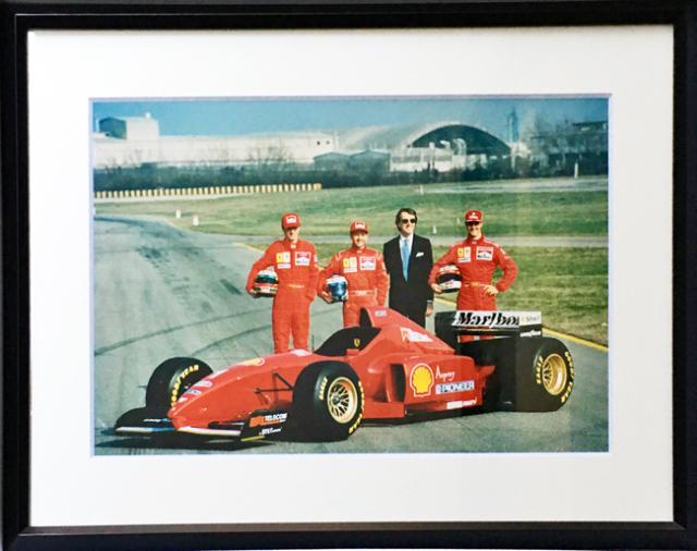 フェラーリ(FERRARI F1)フェラーリ F310 1996 公式フォトグラフ チーム(額装品)