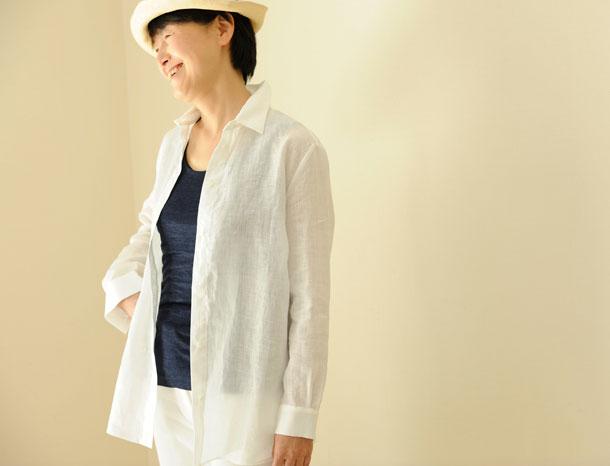 ロング丈のリネンシャツ 白