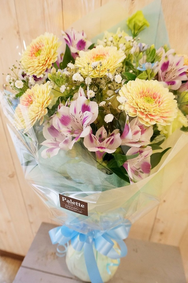 写真の脇に飾る花