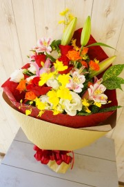真っ赤なバラが入った花束