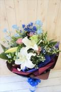 オリエンタルリリーとバラのシックな花束