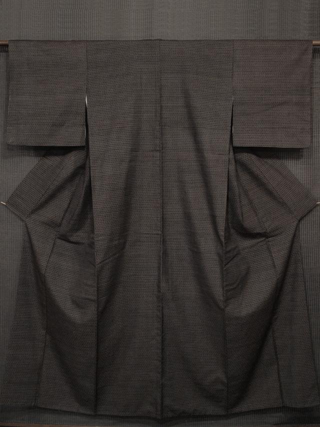 黒茶色地 格子縞に幾何学文様 真綿紬 袷