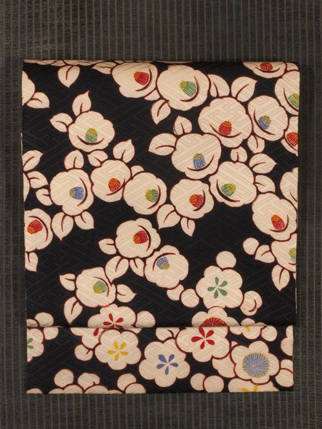 紗綾型の地紋に梅と椿文様 型染め 名古屋帯