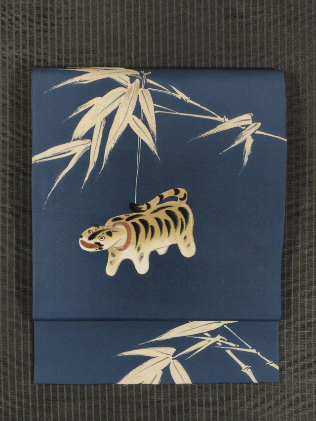 笹に張子の虎とおかめ文様 手描き染めに手刺繍 名古屋帯