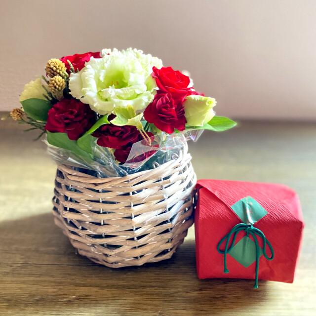 和菓子とお花の贈り物コロンとしたバスケットに入った赤と白のフラワーアレンジメントとつちやの紅琳果
