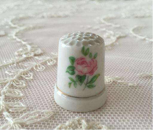 【アンティーク雑貨】【陶器】【薔薇柄】【シンブル】【レターパックライト可】薔薇柄の陶器シンブル B
