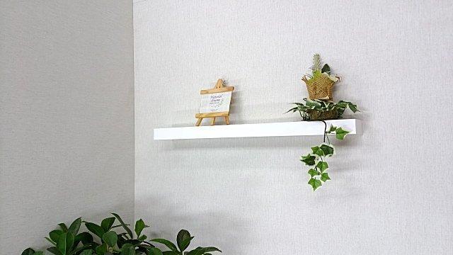 インテリア小物を壁に飾ることができる壁付用棚。ランドリースペースの壁に付けると便利な棚です。